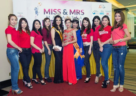 Pageant organizer Madam Lim Siew Cheng (centre) with Look Kah Hui (fifth from left) and Jane Bee (fifth from right) posing for a group shot with Miss Malaysia Petite World 2015 contestants