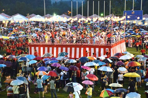 The rain did not stop visitors coming to the festival with many carrying umbrellas while others braved the rain without any umbrellas.