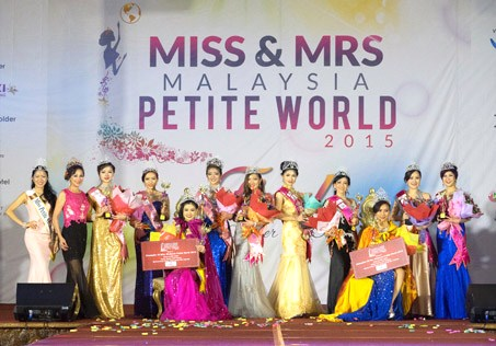 All the winners pose for a group photo together with organiser Madam Lim (2nd left) and Shueh-Yi Cherie (1st left) during the Miss & Mrs Malaysia Petite World coronation night at Marriott Hotel, Putrajaya on Oct 18,2015.