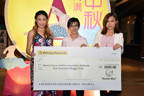 Beauté Morî CEO Yen Chew (right) presenting a mock cheque for RM5,000 to BCWA general manager Lai Ngan Yin (centre). On the left is Amelia Liew