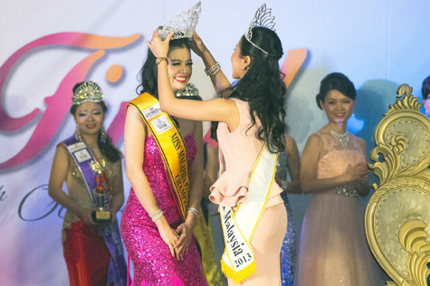Miss Malaysia Petite World 2015 Audrey Lee being crowned by Miss Petite South East Asia Malaysia 2013 Shueh-Yi Cherie