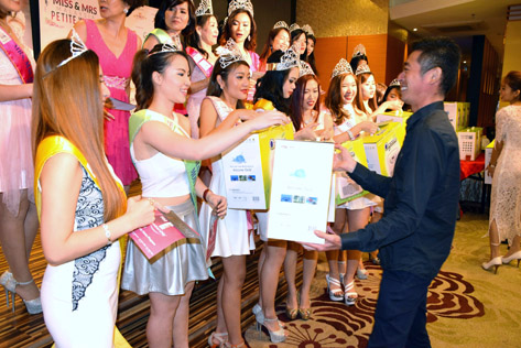Dr Janson Ang presents gift of air purifiers to all the Miss & Mrs Malaysia Petite World 2015 winners