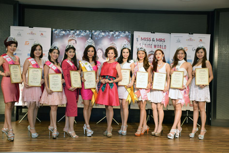 Madam Lim posing with her Top 5 winners of Miss & Mrs Malaysia Petite World 2015.