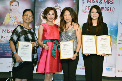 Madam Lim presents Certificate of Appreciation to sponsors of Miss & Mrs Malaysia Petite World 2015