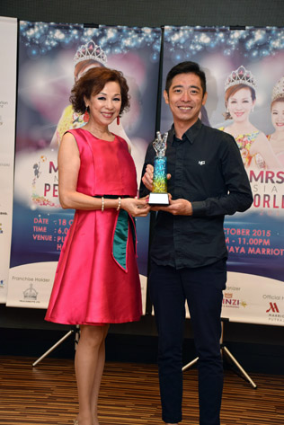 Madam Lim presents a memorabilia to presenter Dr Janson from Janson Group
