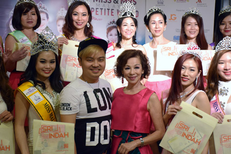 ZW Consultancy founder & CEO Zyro Wong (left) and Madam Lim in a group pose after presenting gift vouchers to all the pageant winners