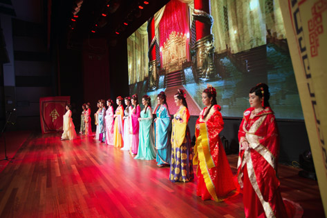 14 finalists parade in Chinese Hanfu costumes at the Yes, I'm The Queen 2015 pageant final