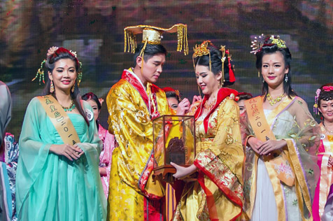 Angeline Loo receives her prize as Empress of Yes I'm The Queen 2015 pageant. First runner-up Annie Chen (left) and 2nd runner-up Miko Chee