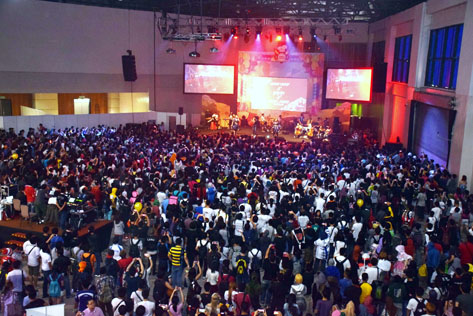 Fans watching the stage shows at Comic Fiesta 2015