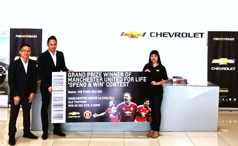 Boston Auto Sdn Bhd managing director Cliff Chong (second left) presenting the prize to the Manchester United for Life contest winner Pung Seu Kin. Looking on is sales manager David Lin (first left).