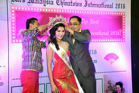 June Yap being crowned Mrs Borneo World 2015  by ERM Marketing Sdn Bhd managing director Sean Chia (right)
