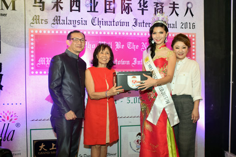 Mrs Borneo World 2015/2016 June Yap presenting a mock donation box to Kiwanis Klang Centre chairperson Shirley Sobey. Looking on are Dato' Timothy Gan (left) and Sharon Too (right).