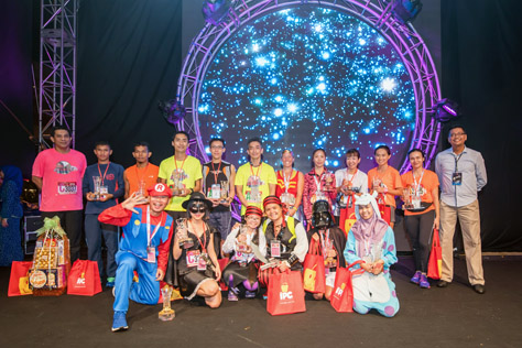 Winners of Costume Nite Run pose for a group shot together with the Curve's General Manager Jazmi Kamarudin (far left) and eCurve's Centre Manager Azizul Hisham Ahmad (far right)