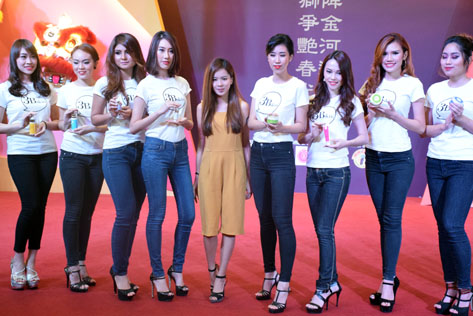 3Bskin founder June Hee (centre) posing with models holding 3Bskin facial beauty products