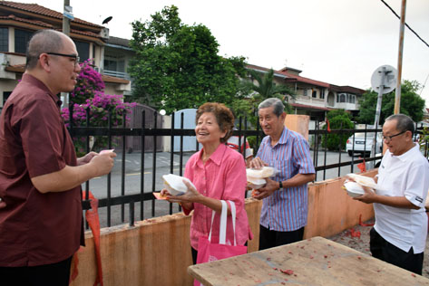 Guests are happy to receive ang pow from Lau Weng San
