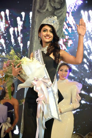Kiran waving to the cheering crowd after being crowned Miss Universe Malaysia 2016