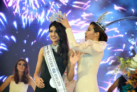 Miss Universe Malaysia 2016 Kiran Jassal is crowned by 2015 winner Vanessa Tevi Kumares