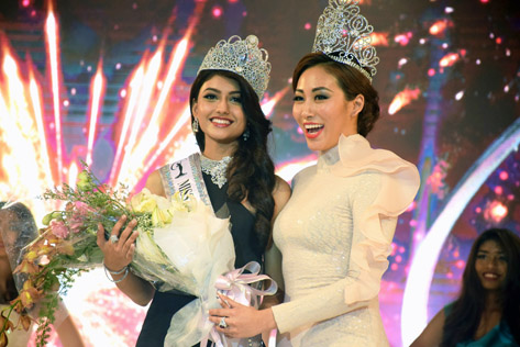 Newly crowned Miss Universe Malaysia 2016 Kiran Jassal (left) and 2015 winner Vanessa Tevi Kumares