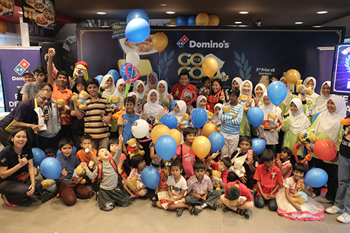Children from Rumah Amal Cahaya Tengku Ampuan Rahimah (RACTAR), Rumah KIDS and Rumah Charis with Shamsul Amree and Linda Hassan after a fun day at the Domino's Pizza USJ 1 outlet.