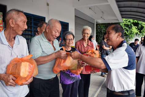 RT Seksyen 21 Sea Park distributes goody bags and ang pow to put smiles on the faces of Sungai Way Old Folk Home residents