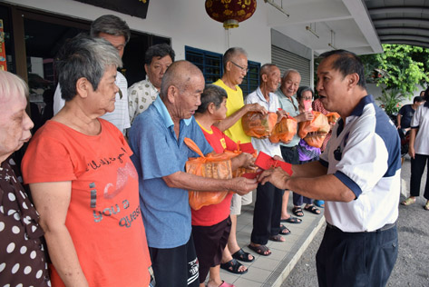 The senior citizens from Sungai Way Old Folks Home received ang pow and goodie bags from Rukun Tetangga Sea Park deputy chairman Cliff Yin