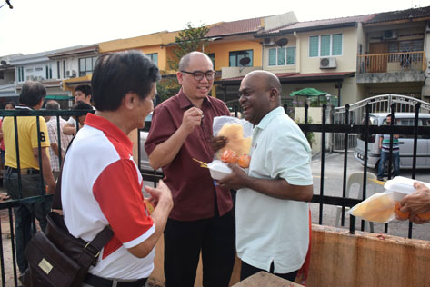 A resident Justin Dass sharing a light moment with Lau Weng San (centre) and Gan Keng (left)
