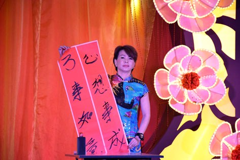 Chong Yoke Leng (Group B) demonstrates her calligraphy skills