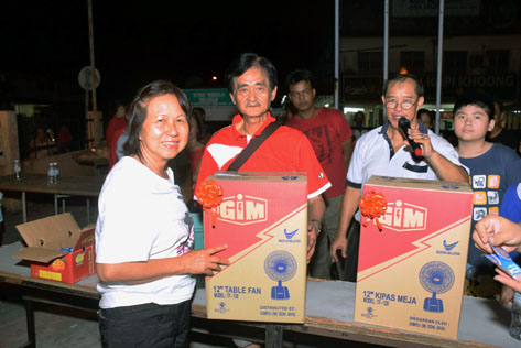 Gan Keng presents prizes to lucky draw winners
