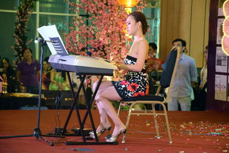 Janice Tan Wen Yen plays the keyboard