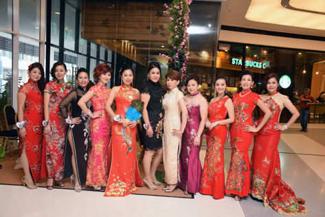 Mrs Elite Malaysia Universe 2016 finalists pose for photographs in cheongsam.