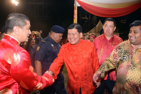 Petaling Jaya Selatan MP Hee Loy Sian and Bukit Gasing assemblyman Rajiv greeting Azmin Ali at the Selangor state CNY 2016 open house