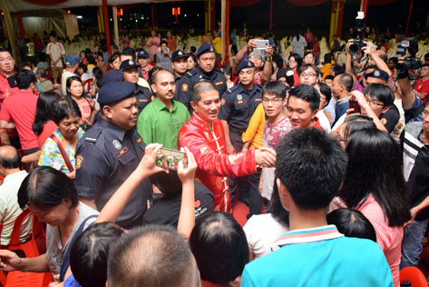 Selangor MB Azmin Ali at the state level  CNY 2016 open house
