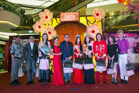 The contest judges pose with Lim Siew Cheng