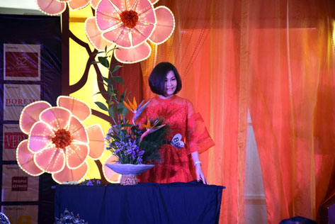 Yvonne Kok (Group B) proves her prowess in floral arrangements.