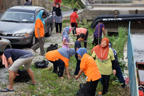 Damansara Bistari flats residents went around the neighbourhood with garbage bags to clean up the area
