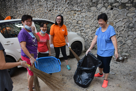 MBPJ councilor Jamaliah Binti Jamaludin joins the residents in a gotong royong to clean the surrounding areas