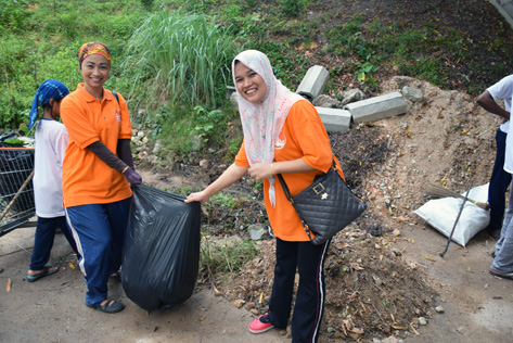 Norhayanti (left) and Faridah (right) are excited to be part of the community helping to clean up the area for a safe and clean living environment