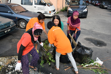 Residents of Damansara Bistari flats cleaning the surroundings