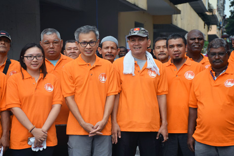 Tony Pua (second from left) with Jamaliah (left) and Abdul Samad (on Tony's left) at the gotong royong clean-up of Damansara Bistari flats