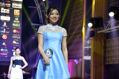 First runner-up Carmen Yuen made her entrance onto the catwalk in her casual wear.