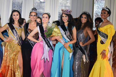 (L-R) Newly crowned Miss Earth Kuala Lumpur 2016 Renee Kei Quimson (fourth from left) with (L-R) Chanelle Jasmine Wong, Prisilla Mujan Peter, Yvonne Ashley Lewis, Joanne Voon Mei Yee and Prasana Shri