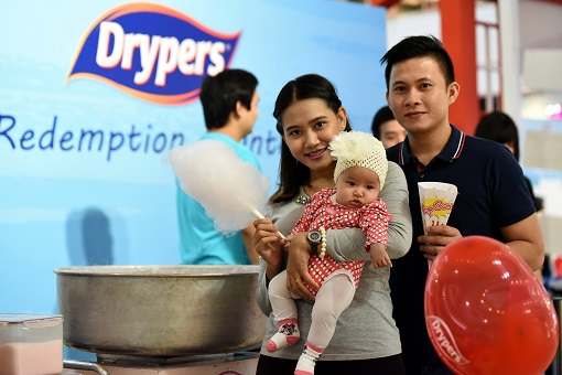 Members of the Drypers Baby Club and their children having complimentary snacks
