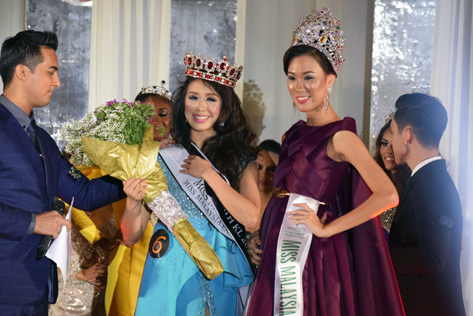 Miss Earth KL 2016 Renee Kei (left) is crowned by Miss Malaysia Earth 2015 Danielle Wong Kar Wai (right).