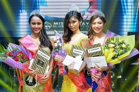 Miss Malaysia Global Queen 2016 KL selection winner Florence Sze (centre) is flanked by first runner-up Carmen Yuen (right) and second runner-up Patricia Phang (left)