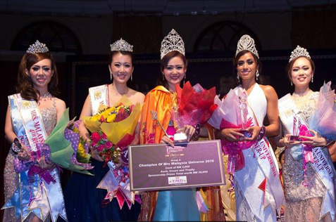 Mrs Malaysia Universe 2016 Sydney Mak (centre) with (L-R) 4th runner-up Sephine Lim, 3rd runner-up Wendy She, 1st runner-up Marina and 3rd runner-up Janice Tan