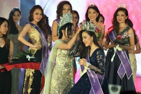 Esthe Lim is being crowned by Irene Tan