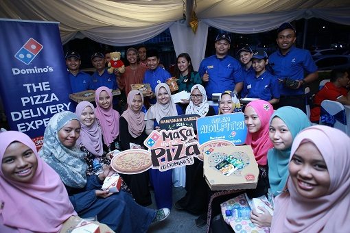 Group picture of the Domino's team together with Ahmad Faizal along with the students of Sekolah Menengah Kebangsaan Putrajaya Presint 18