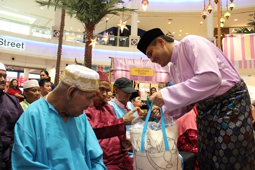 Jazmi Kamarudin, General Manager of the Curve handing out Duit Raya and Raya goodies to esteemed guests from Rumah Jagaan Orang Tua Al Ikhlas.