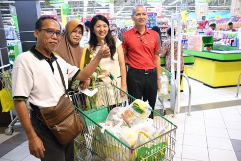 Jom Shopping gets thumbs up from Damansara Bistari flats resident Yusof Ismail (left)