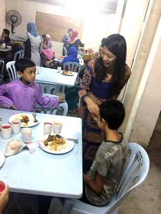 Yeo Bee Yin greeting the children during the buka puasa event at Damansara Bistari